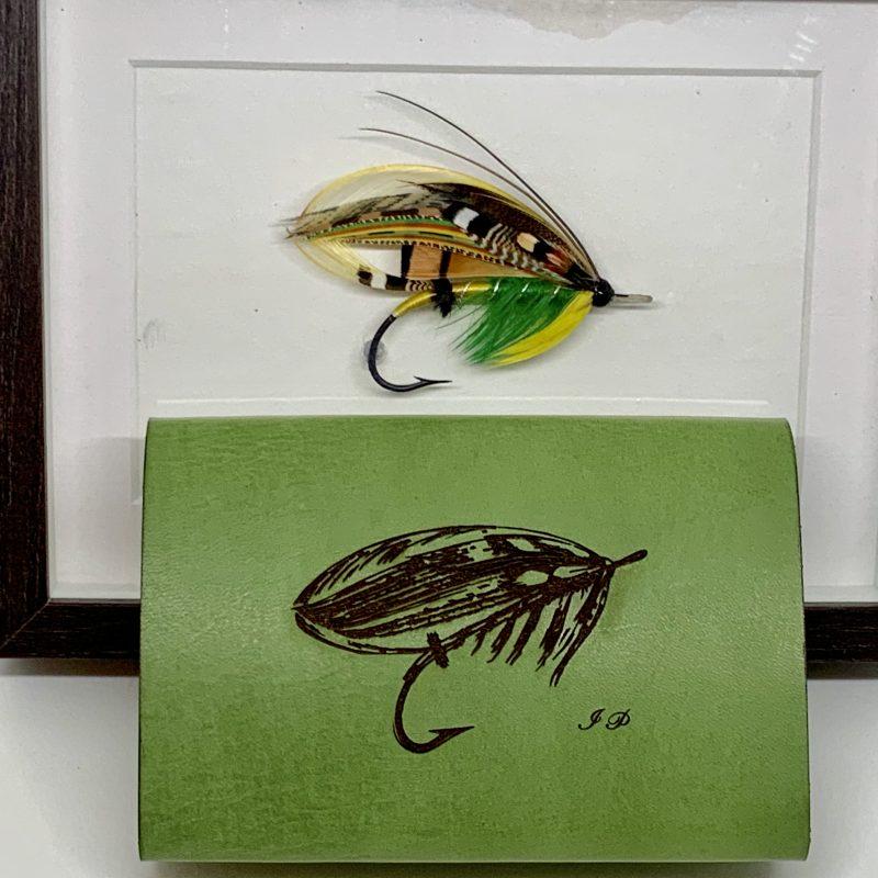 Græni hálendingurinn veiðifluga og handgert veiðiveski - Green Highlander fishing flies and handmade wallet by the Angry Duck in Iceland